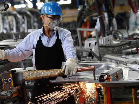 Producción industrial México sorprende en julio, sube ante entorno adverso