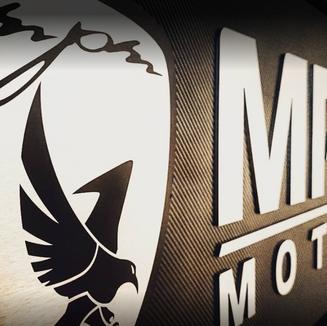 Logo MPM motors sur mur.PNG