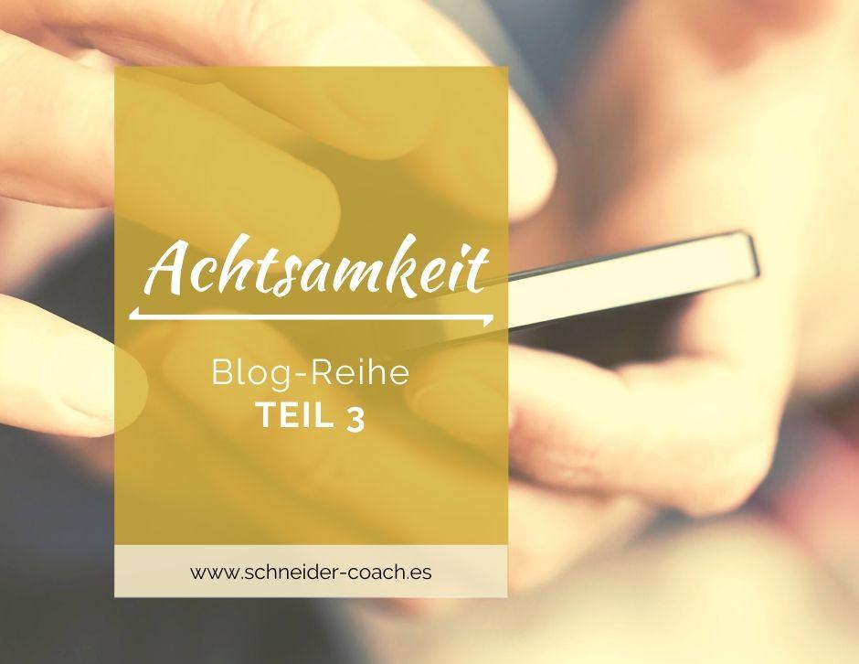 Blog-Reihe zum Thema Achtsamkeit: Teil 3: Eine Person tippt etwas auf ihrem Handy