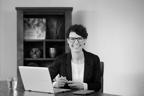 Anja-Schneider-am-Laptop-bereit-für-Anfragen