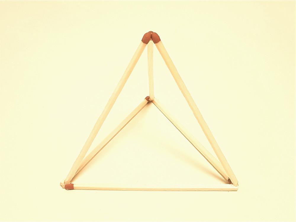 Dreidimensionales Dreieck aus 6 Streichhölzern gebaut