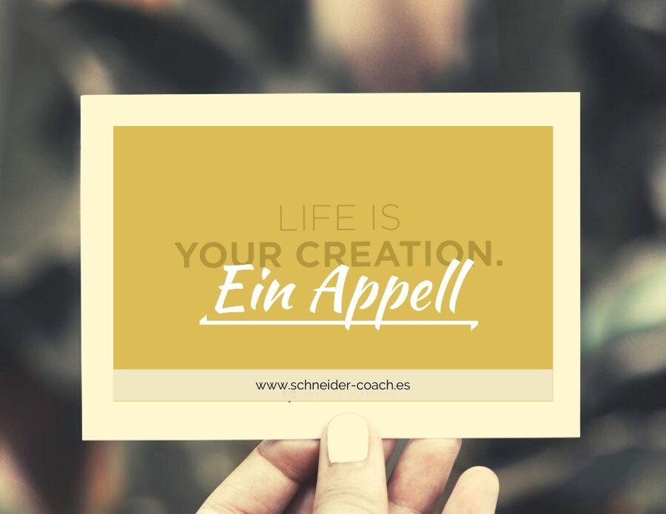 """Eine Hand hält eine Postkarte mit dem Spruch """"Life is your creation"""". Es soll als Appell gesehen werden, das eigene Leben aktiv und selbstbestimmt zu gestalten."""