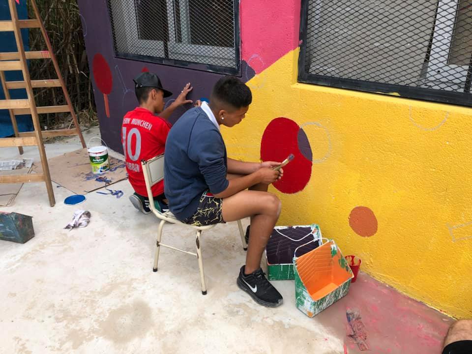 Los alumnos ayudaron a pintar el mural