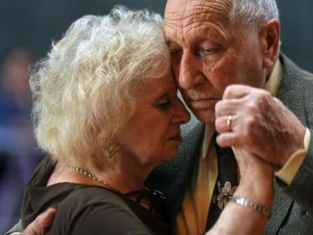 Lui 90 anni, lei 82, si innamorano grazie al tango