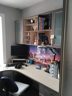 Компьютерный стол с полками. Стеновая панель МДФ с фотопечатью.