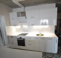 Кухня с фасадами из глянцевого пластика