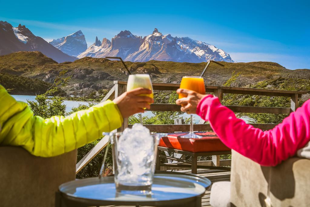 Aperitif on the terrace of the lodge, a sacred moment !