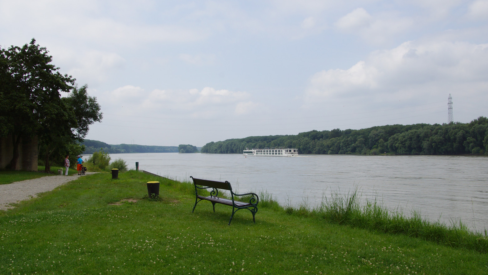 But our cycle route on EuroVelo 6 remains above all a beautiful long ride along the Danube, mostly in the open countryside.