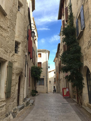 Narrow and cobbled streets, nicely restored stone houses, ... typical of the small towns we pass through.