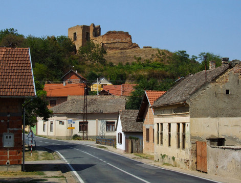 The many fortresses are witnesses of the ancient history of these regions. Here in Šarengrad (Croatia).