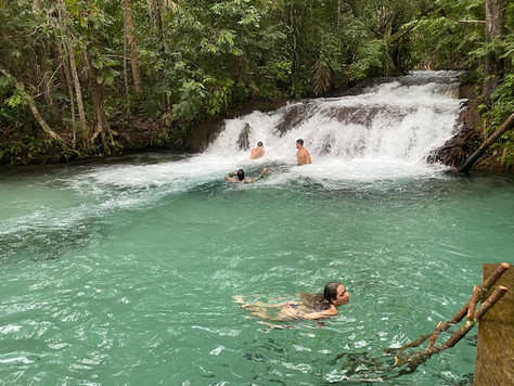In the beautiful Formiga Waterfall, the water, of intense emerald green color, is so transparent that you can see the limestone sand bottom, and it runs down the side forming a delicious pool of natural water, great for relaxing...
