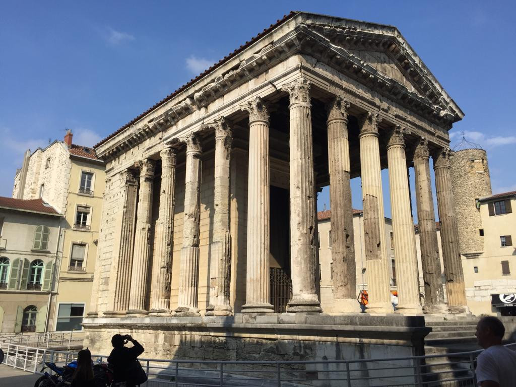 Vienne is no less interesting to visit by bike, with its alleys, its lively markets, its churches, its theater and its temple from the Gallo-Roman period.