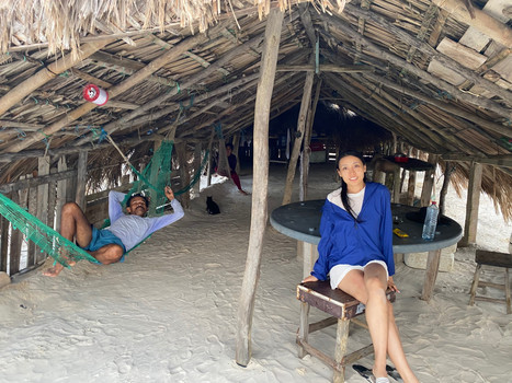 In the simplicity of their hut, the fishermen welcome hikers with kindness ... and a little shade to escape from the sun for a while !