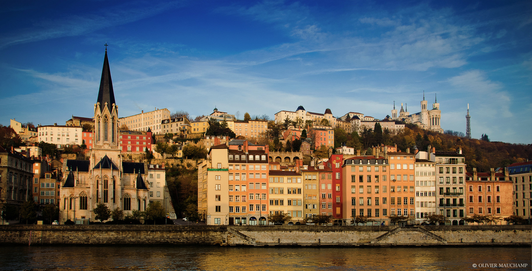Lyon, the St-Georges church, the Saône quays, the hill and the basilica of Fourvière,... To discover during a nice city bike tour !