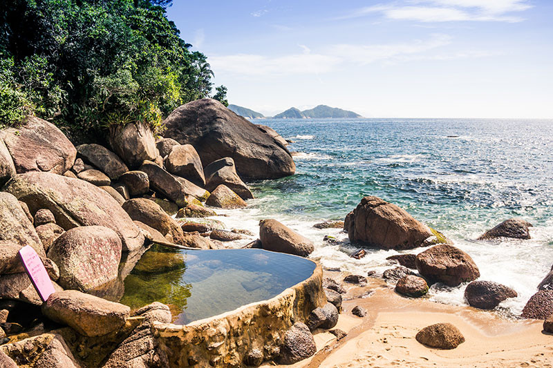 Also on the way : waterfalls and natural pools, fed by a source of mountain water, here at Cairuçu das Pedras beach.