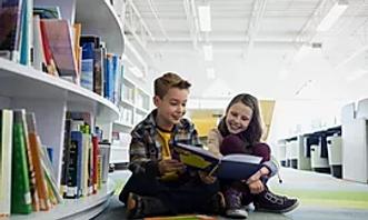 Adolescentes na biblioteca.webp