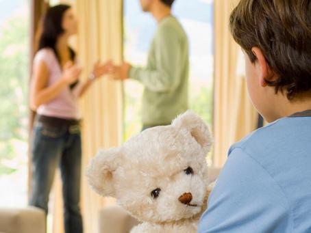 Brigar na frente dos filhos. Qual a consequência?