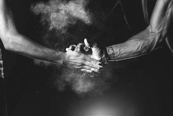 handschlag hände fitness schneeberg lila cross
