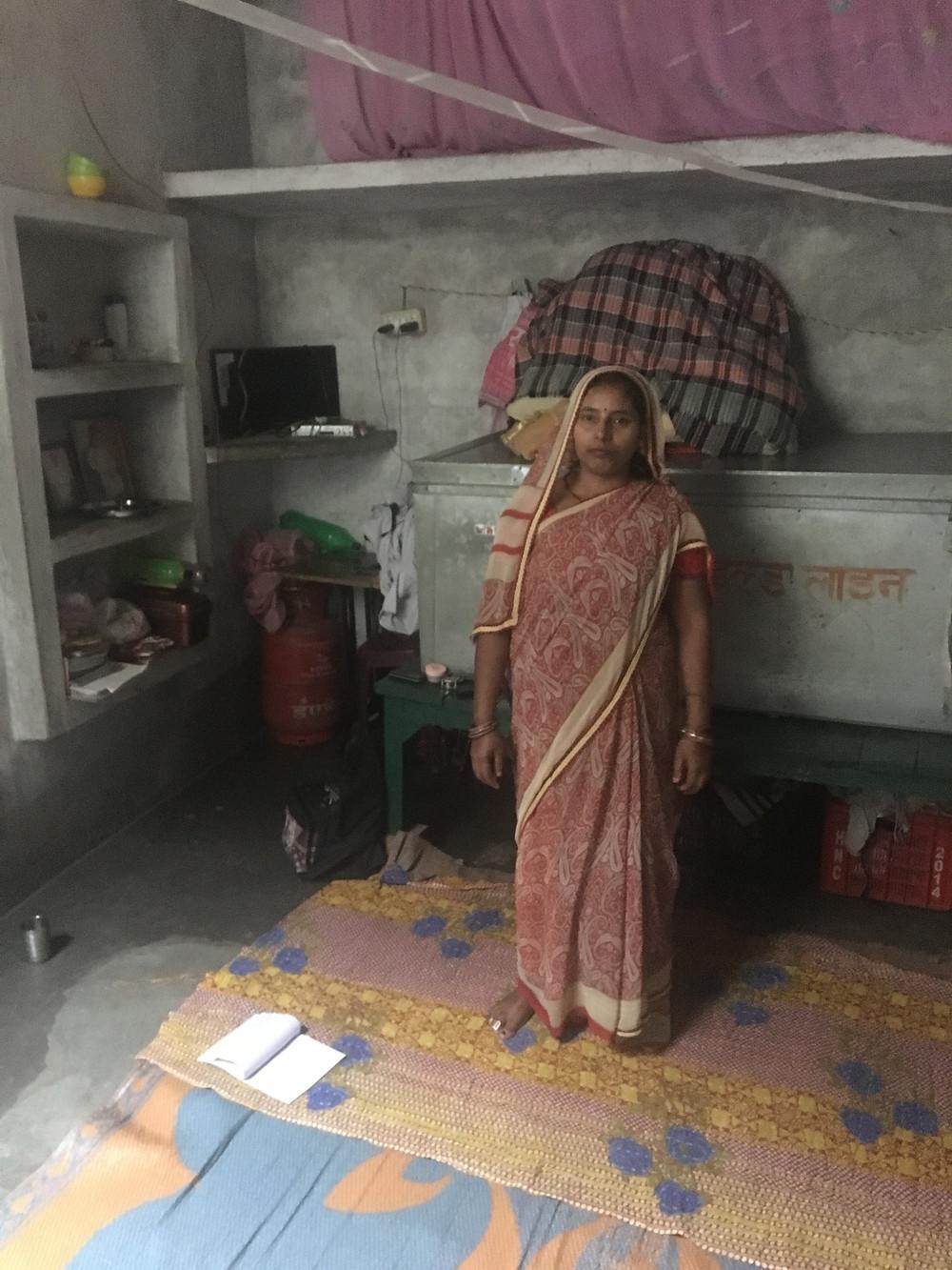 Poonam, qui a été opérée grâce à vous l'année dernière. Toute sa vie et celle de ses trois enfants tient dans la malle derrière elle. est contenue dans la