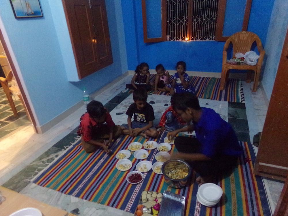 Vivek prépare les fruits pour la Puja