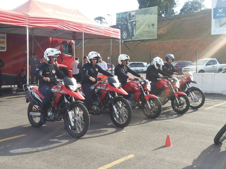 Motociclistas participam de treinamento sobre direção segura.