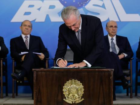 Temer sanciona texto da reforma trabalhista em cerimônia no Planalto.