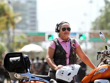 Motociclistas participam de campanha pela paz no trânsito.