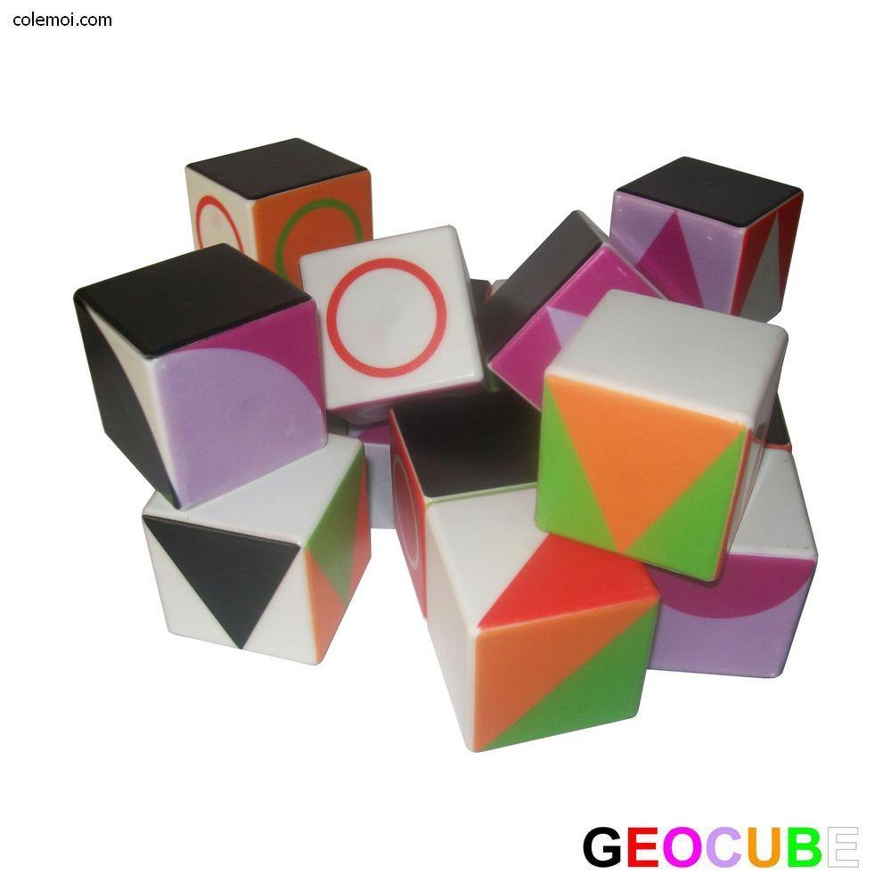 Des gros cubes colorés facilement préhensibles