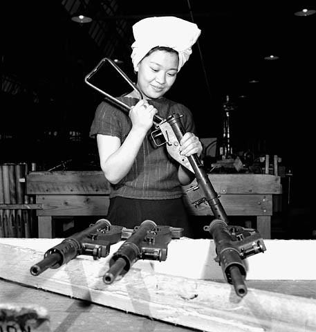 1942_Agnes_Wong_assembls_Sten_gun_e00076