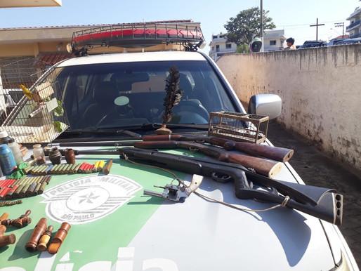 Homem é detido com armas, munições e ave em cativeiro em Cunha