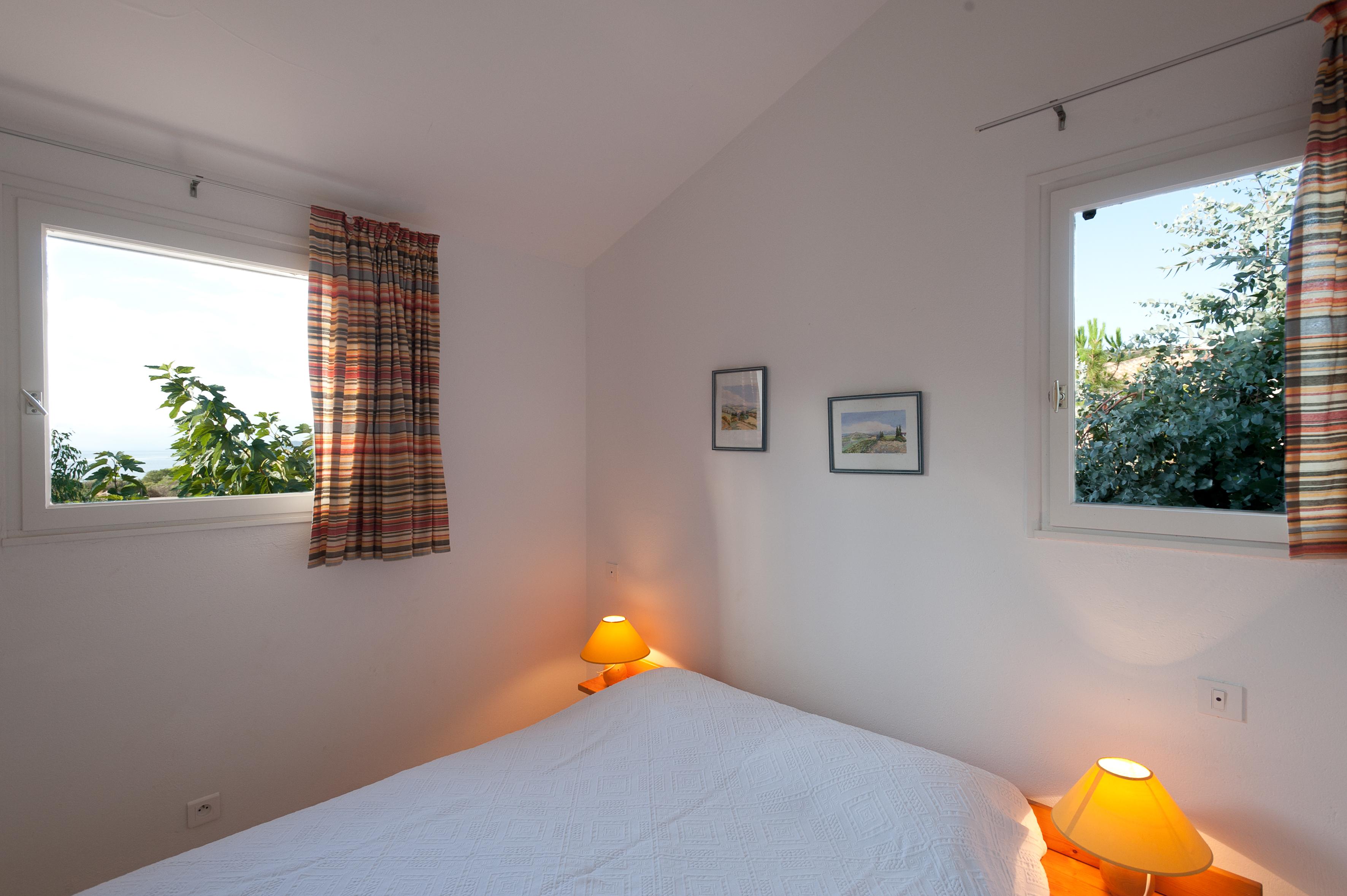 Chambre avec lit 140 cm.