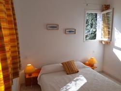 Chambre avec lit 140cm.
