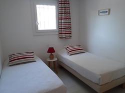 Chambre avec 2 lits 90 cm.