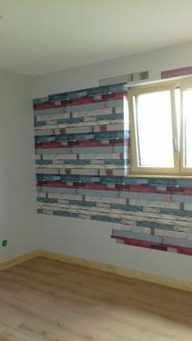 Revêtement papier peint esprit bois coloré et briques signé Elle Eco Decor à Redon