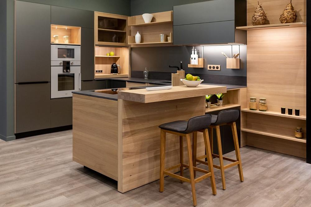 Conception et installation d'une cuisine sur mesure design moderne, mobilier en bois, parquet, cuisiniste, aménagement et agencement intérieur à Angers en Maine et Loire