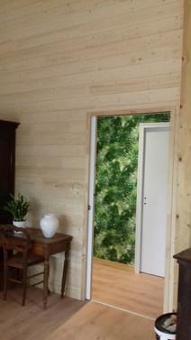 Revêtement bois et papier peint coloré esprit tropical jungle signé Elle Eco Decor à Redon