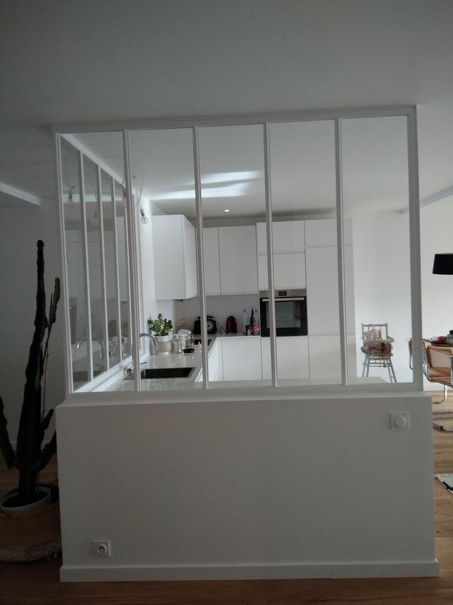 Dominique Porcher, Ebéniste agenceur basé à Vern-sur Seiche en Ille et Vilaine, Rennes. Aménagement intérieur, mobilier. Verrière blanche sur-mesure cuisine