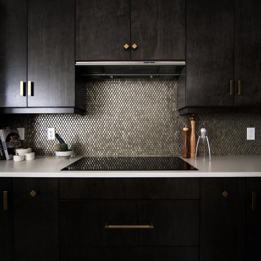 Cuisine moderne design industriel loft noir mat bois carrelage