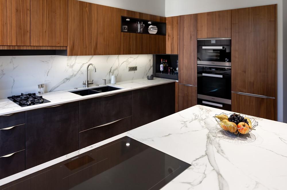 Conception et installation d'une cuisine sur mesure design moderne, cuisiniste, aménagement et agencement intérieur, plan de travail en marbre, mobilier en bois, noir mat à Angers en Maine et Loire