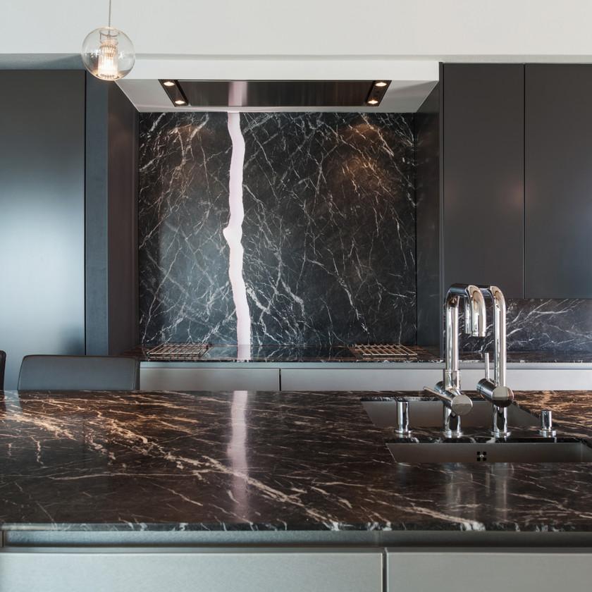 Cuisine moderne design industriel loft noir marbre