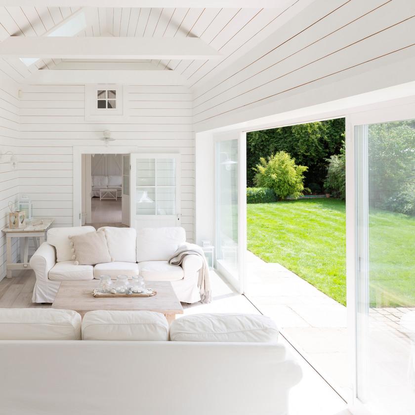 Veranda extension jardin terrasse pergola bois blanc salon