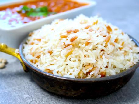 Gebratener orientalischer Reis mit dicken Reisnudeln vegan