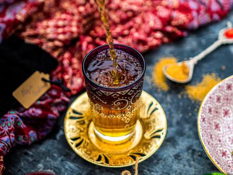 Kardamon- Safran Tee mit braunem Zucker