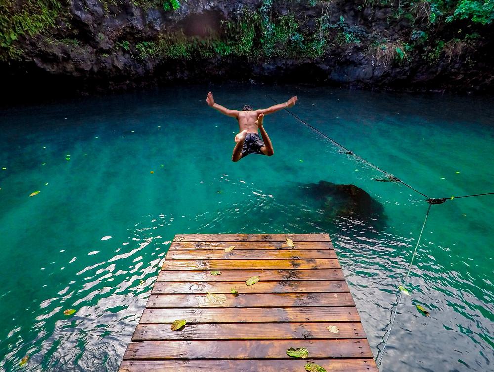 Homme en maillot de bain qui plonge dans l'eau