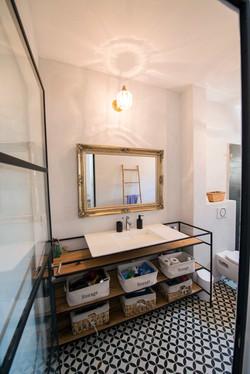 Monochrome en-suite bathroom