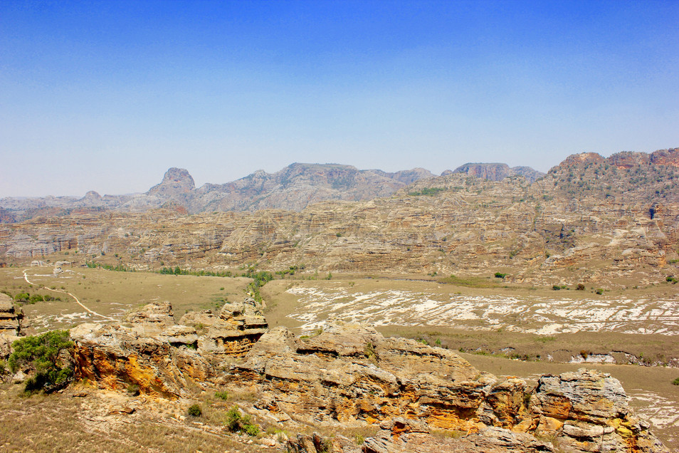 The national park is also called the 'Colorado of Madagascar' because of the rugged rock massifs. The national park covers an area of 815.4 km², making Isalo the second largest national park in Madagascar after the Masoala National Park. The national park is located at an altitude of 820 to 1240 meters above sea level. It is located in an area with a tropical dry climate. The park consists of a mountain massif (Isalo Mountains) spreading from north to south for almost 100 kilometers and is marked by bizarre rock formations covered with Jurassic sandstone formations, deep gorges, steep peaks, leached caves, with (mostly) bismarck palms covered with rivers. grasslands that resemble continental African savannas.