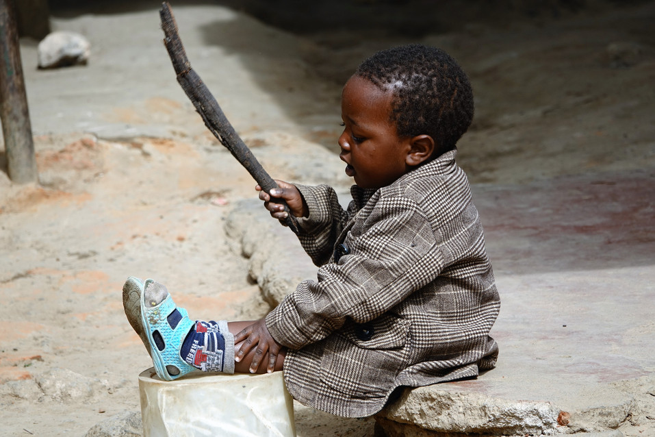 We saw this little kid on a small market along the road. He was enjoyjng himself with a stick as his parents don't have the money to give him toys. But who cares, as he is happy with it!