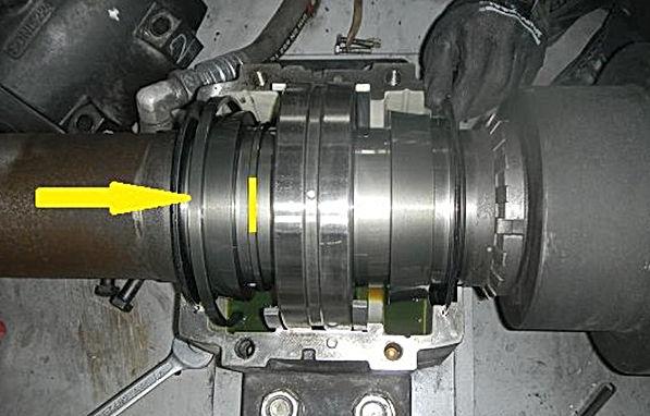 Yanlış yere montajlanmış yağ halkasının görüntüsü. Yağ halkası sarı çizgi ile işaretlenmiş yere montajlanması gerekmektedir.