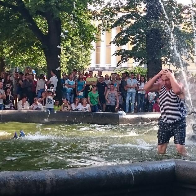 Marine-Soldaten baden im Brunnen