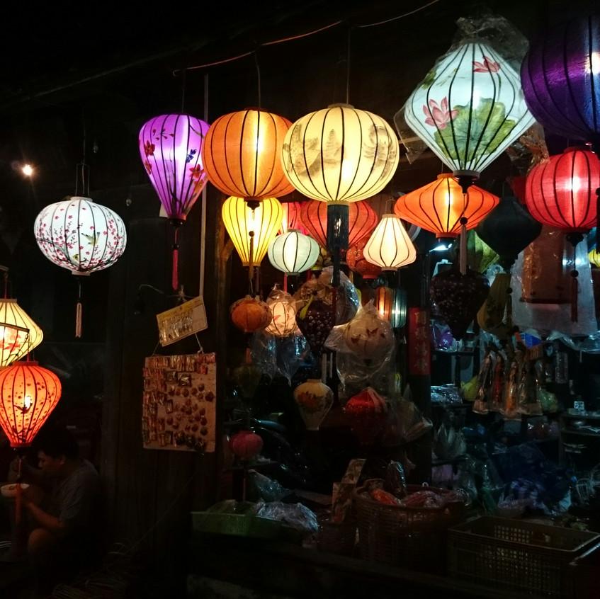 Lampions beleuchten die Stadt